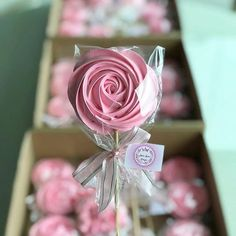 from - Linda Flôr de suspiro 🌸🌸🌸 - Rose Meringue Cookies, Meringue Kisses, Cupcake Cookies, Sugar Cookies, Mirangue Cookies, Valentine Cookies, Valentines, Wedding Favours, Party Favors