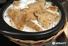 Kolumbiai sós tejleves  3 dl tej 3 dl víz 1 teáskanál fokhagymakrém 4 db tojás 3 csipet só koriander ízlés szerint (finomra vágott) 2 szelet toast kenyér (pirított)