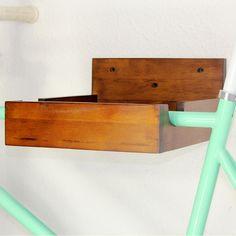 """Wandregale - Fahrrad Wandhalterung """"India Rubber"""" - Nussbaum - ein Designerstück…"""