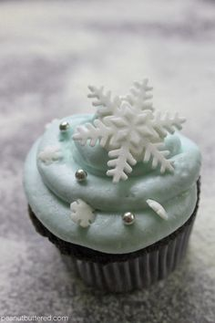 snowflake cupcakesPosted on November 28, 2012  by  andreasnowflake cupcakes