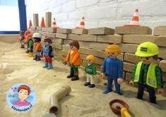 Zandtafel met blokken, buizen en playmobil, thema wij bouwen een huis 5, met kleuters, kleuteridee
