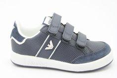 Laag klittenbandschoen van het merk Armani, Blauw geperforeerd leer met een Blauw suede neus en hielstuk