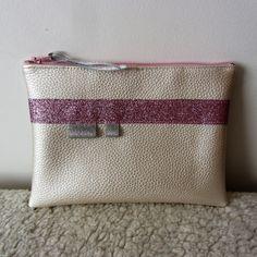 Trousse plate à maquillage N°2 en simili cuir blanc métaillisé et tissu pailleté rose : Trousses par nymeria-creation