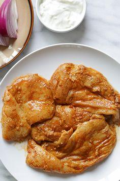 Shawarma Spiced Grilled Chicken with Garlic Yogurt Sauce Skinny Recipes, Ww Recipes, Cooking Recipes, Healthy Recipes, Skinnytaste Recipes, Dinner Recipes, Bariatric Recipes, Healthy Meals, Dinner Ideas