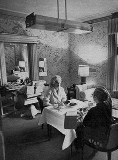 1956-62 / Dear Paula / Paula STRASBERG fut présentée, avec sa fille Susan, à Marilyn par leur ami commun Sidney SKOLSKY, sur le tournage de « There's no business like show business », pendant l'été 1954. Marilyn connaissait déjà la réputation du mari de Paula, Lee STRASBERG. Elle avoua à Paula qu'elle avait toujours voulu travailler avec lui, en particulier après en avoir entendu des témoignages impressionnants par Marlon BRANDO. Après son déménagement à New York en 1955, Marilyn devint la…