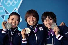 卓球女子団体で日本勢初となるメダルを獲得した福原愛選手(左)平野早矢香(中)石川佳純選手