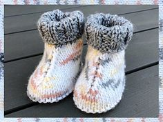 Ravelry: Baby Hug Boots pattern by marianna mel Baby Booties Knitting Pattern, Knit Baby Shoes, Baby Boy Knitting, Knitted Booties, Knit Boots, Knitted Slippers, Baby Boots, Baby Girl Shoes, Baby Knitting Patterns