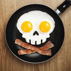 """Funny Side Up Skull"" Egg Corral by Fred & Friends - Desayuno de campeones"