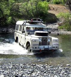 Land Rover 109 Serie II Station Wagon Dormobile in exploring the adventure of life. Lobezno.