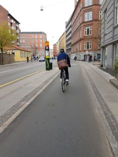 Bus stops on cycle-separaged pedestrian islands are standard in Copenhagen. Click to tweet and visit the @slowottawa boards >> https://www.pinterest.com/slowottawa/