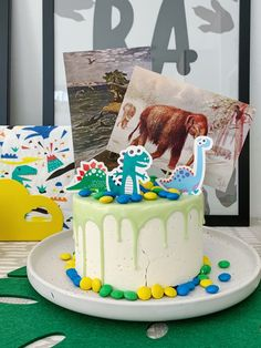 Dino feest eten & drinken: van velociraptor klauwen tot threerex taart   mamalifestyle.nl Dinosaur Party, Drip Cakes, Birthday Cake, Snacks, Desserts, Food, Birthday, Tailgate Desserts, Appetizers
