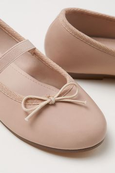 Ballerinasko i skinn - Pudderbeige - BARN Decorative Bows, H&m Shoes, Leather Ballet Flats, Girls Shoes, Mary Janes, Girl Outfits, Pumps, Beige, Fabric