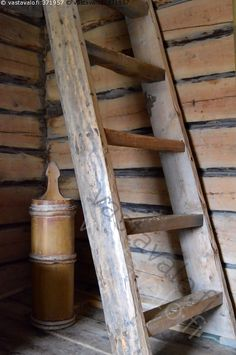 Kuva: Vanha kirnu - aitta hirsiseinä hirsiaitta kirnu voikirnu ... Timber Walls, Tom Of Finland, Ladder Decor, Holland, Shed, Rustic, Cottages, Countryside, Nostalgia
