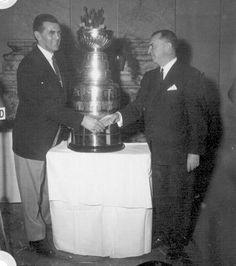 Maurice Richard, le 16 avril 1960. Le club de hockey Les Canadiens, vainqueur de la coupe Stanley, à l'hôtel de ville de Montréal