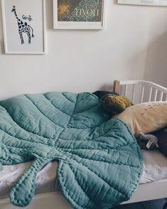 To make : Leaf blanket green, playmat, babyblanket, bedspread. Home Design, Kids Room Design, Design Design, Diy Bett, Cool Kids Rooms, Room Kids, Childrens Beds, Weighted Blanket, Kids Furniture