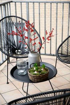 Acapulco Chairs for Minimalist Balcony Decoration - Unique Balcony & Garden Decoration and Easy DIY Ideas Small Balcony Decor, Small Balcony Design, Outdoor Balcony, Terrace Design, Small Patio, Balcony Garden, Patio Design, Acapulco Chair, Home Decoracion