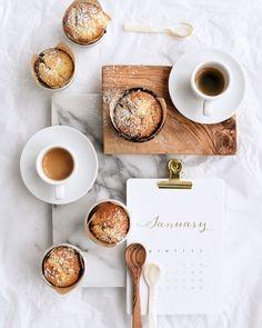 Das Loft ist randvoll mit Freunden, und der Weekend-Post ist online: Mit 3 Tipps für Januar-Deko, Daunenjacke in Gold und leckeren Kokos-Marmor-Muffins!  #liebesbotschaft #blogpost #newblogpost #weekend #january #januaryweekend #muffins #cocomuffins #marmorkuchen Food Design, Food Styling, Mango Muffins, Food Flatlay, Food Photography Styling, Instagram Feed, Creative Food, Coco, Love Food