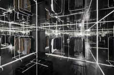 Chcąc stworzyć miejsca intrygujące i przyciągające nietypową aranżacją, projektanci wnętrz komercyjnych coraz częściej eksperymentują z przestrzenią, bawią się percepcją i złudzeniami optycznymi. Idealnie nadają się do tego lustra.  http://sztuka-wnetrza.pl/945/artykul/27-m-sup2-nieskonczonosci