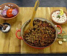 Ρεβύθια στο φούρνο (ρεβυθάδα) Greek Recipes, Vegan Recipes, Greek Easter, Other Recipes, Serving Bowls, Oatmeal, Recipies, Beef, Breakfast