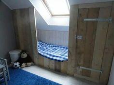 Jongensslaapkamer bed van steigerhout tegen schuine wand