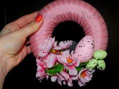 Design by Suzi: Guest post: Jarný veniec Easter, Jar, Wreaths, Pillows, Spring, Design, Door Wreaths, Easter Activities, Glass