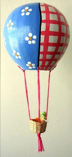 Balão de cabaça pintado a mão com boneca de pano