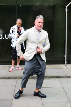 Short-arse Nick Wooster adding to his woes by wearing some king-fu/fisherman's pants inspired baggy-crotched trousers and as usual we can see his ankles. Another no-no especially if you're a half-pint like Nick. Nick Wooster, Mode Masculine, Best Mens Fashion, Look Fashion, Stylish Men, Men Casual, Clothes For Big Men, Herren Outfit, Men Street