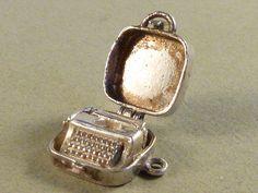 Vintage English  Sterling Silver Retro Typewriter  par undermycharm, $39,00