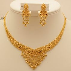Gold Jewelry 9 Awesome 50 Gram Gold Necklace Designs India - Explore these Indian top 9 best collections of 50 grams gold necklace designs in 2017 for your use and also for gifting too. Real Gold Jewelry, Gold Jewelry Simple, Gold Jewellery Design, Handmade Jewellery, Jewellery Box, Jewellery Market, Dubai Gold Jewelry, Silver Jewellery, Gold Set