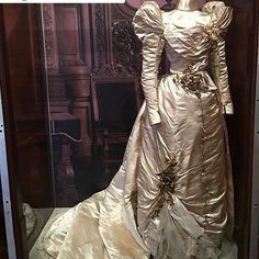 Brides want to find themselves having the ideal wedding day, however for this they require the ideal bridal dress, with the bridesmaid's dresses actually complimenting the wedding brides dress. Here are a variety of tips on wedding dresses. 1890s Fashion, Victorian Fashion, Vintage Fashion, Victorian Dresses, Historical Costume, Historical Clothing, Antique Clothing, Wedding Gowns, Wedding Tips