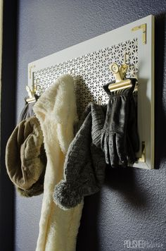 Looking for organization AND style? This DIY coat rack provides both on a budget and is the perfect entry-level DIY project for your entryway. Moving New House, Diy Coat Rack, Entryway Organization, Entryway Ideas, Small Entryways, Art Deco Home, Diy Home Decor Projects, Decor Crafts, Clever Diy