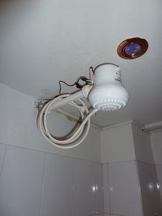 Instalação eletrica de chuveiros elétricos! Chuveiros e torneiras elétricas devem ser aterrados. Instale o fio terra corretamente, de acordo com a orientação do fabricante. Pequenos choques, fios derretidos e cheiro de queimado são sinais de problemas que precisam ser corrigidos imediatamente. - Página 2 Terra, Sconces, Wall Lights, Lighting, Home Decor, Shower Installation, Electric Showers, Taps, Signs