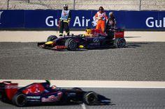 Di nuovo Mercedes in vetta nelle ultime libere del Bahrain, ma la vera notizia è che la Ferrari, che non sembrava così indietro fino a ieri, nel passo gara sembra soffrire molto più di quanto non si potesse immaginare e che Vettel, a seguito di un errore, si insabbia a venti minuti dalla fine della sessione, comprendendo i suoi limiti e quanto dovrà affannare per ottenere un risultato appena sufficiente.