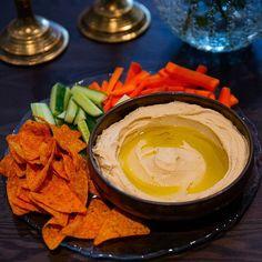 Hummmmus😍 Älskar hummus med grönsaksstsvar, chips eller pitabröd. Det är ganska magiskt när man lyckas få till en PERFEKT hummus. Kika i min fastnålade händelse ovan👆 som heter HUMMUS för att se hur jag gör min hummus och för att komma till receptet ❤ Hummus, Zeina, Chips, Thai Red Curry, Appetizers, Snacks, Ethnic Recipes, Barn, Dressing