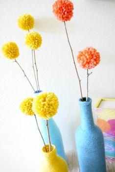 Una idea para decorar con lana ¡Botellas y pompones de colores! - http://decoracion2.com/una-idea-para-decorar-con-lana-botellas-y-pompones-de-colores/64121/ #DecorarConLana, #ReciclarBotellas