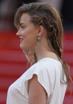 Les one-shoulder et la tresse d'Amber Heard