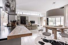 Interiéry, které navrhuje brněnský architekt Martin Frank, jsou charakteristické svojí vzdušností a využitím přírodních materiálů. Se stejným přístupem navrhl i interiér domu nedaleko Bratislavy. Dvoupodlažní dřevostavbě dominuje bílá barva, doplněná zajímavými detaily, jako je nerezová kuchyně…