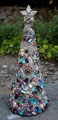 Wanderlust  Süßigkeiten für die schönen Augen... Diese jeweled Bäume sind ein beliebter geworden und dieses insbesondere ist atemberaubend! Bunt, romantisch und Wild-temperamentvolle.. ...diese romantisch verschönert böhmischen Baum mit einer Sammlung der schönsten Vintage Glas und Kristall Strass in Farben lila, blau, Feueropal geladen wird, Tiffany festgelegt, Perlen, Kristall, AB und vieles mehr. Wirklich eine Karawane von schimmernden Farbtönen für Ihre Heim- oder Hochzeits-Dekor. Der…