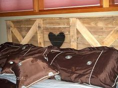 I am sharing today about DIY pallet headboard. If you go to the market o buy the headboard that will be really costly but if you decide to have pallet headboard Pallet Furniture Designs, Wooden Pallet Furniture, Furniture Ideas, Wooden Pallets, Euro Pallets, Recycled Pallets, Recycled Wood, Diy Headboards, Wood Headboard
