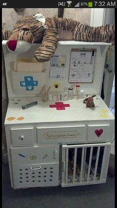 DIY VET CLINIC. UPCYCLED DESK