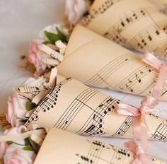 Conos de rosas con papel pintado