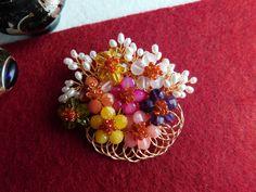 Compoziția florală este confecționată din bănuți de jad, agat, rodocrozit, carneol, sodalit, peridot, mărgele de agat și perle de cultură, sârmă modelatoare aurită. Dimensiuni 7cm/ 7 cm. Agate, Album, Floral, Jewelry, Bead, Jewerly, Jewlery, Flowers, Schmuck