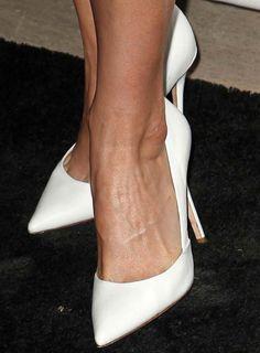 Leslie Bibb in white Jean Michel Cazabat 'Emma' pumps Sexy Heels, Shoes Heels, Zuhair Murad Dresses, Valentino Pumps, Next Shoes, Jeweled Sandals, Lovely Legs, White Pumps, Pointed Toe Heels