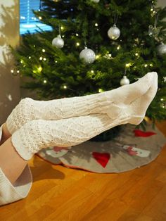 PITKÄT NEULOTUT SUKAT JOULUNA · Kristallikimara Knitting Charts, Tree Skirts, Christmas Tree, Holiday Decor, Diy, Home Decor, Socks, Women's Fashion, Teal Christmas Tree