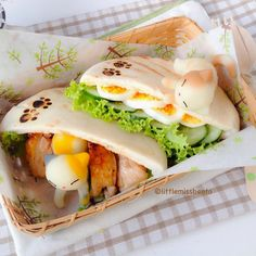 Little Miss Bento シャリーのかわいいキャラベン: Kitty Cat Bento ねこちゃんのキャラ弁. This is the sweetest kitty bento ever. The cats are made from mashed potatoes!