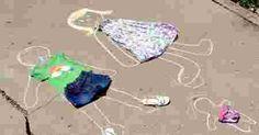 Deux personnages dessinés à la craie et habillés de tenues