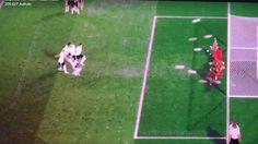 Das war ja mal wieder so klar. Die UEFA versteht keinen Spaß, wenn es um Urheberrechte geht, und schießt sich selbst ins Abseits. Dabei war das doch eindeutig Kunst, oder? Wie auch immer: Die Twitterseite des Webkünstlers Kurt Prödel ist schon mal weg. Und die Videos mussten auch vom Netz. Ich hoffe, Ihr habt das geniale Video alle vorher gesehen!