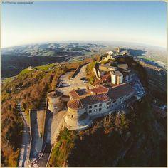 La prospettiva del falco. La #PicOfTheDay #turismoer di oggi sorvola i cieli di #Torriana, #Valmarecchia. Complimenti e grazie a @ronnyraggini / Hawk's perspective. Today's #PicOfTheDay #turismoer flies over the skies of #Torriana, #Valmarecchia. Congrats and thanks to @ronnyraggini