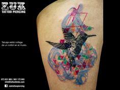 Tatuaje estilo collage de un colibrí en el muslo.