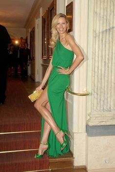 Karolina Kurkova wore an emerald green ELIE SAAB Spring 2012 full look to the Gala Spa Awards. Green Fashion, Look Fashion, Womens Fashion, Fashion Shoes, Girl Fashion, Bcbg Vestidos, Robes Elie Saab, Style Vert, Elie Saab Printemps